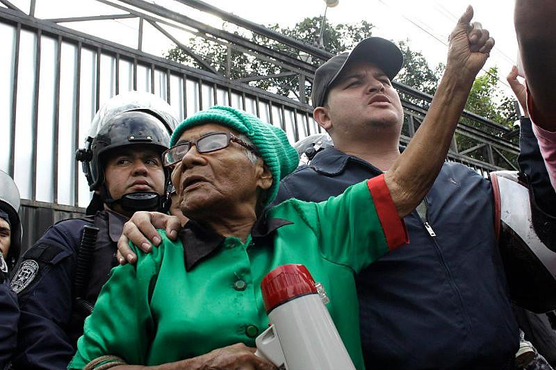 Manifestantes saem às ruas de Tegucigalpa, capital hondurenha, para exigir respeito aos resultados eleitorais
