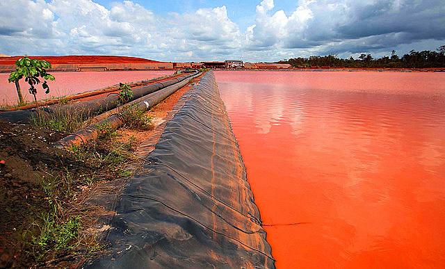 Derrame de relaves mineros en el río Pará