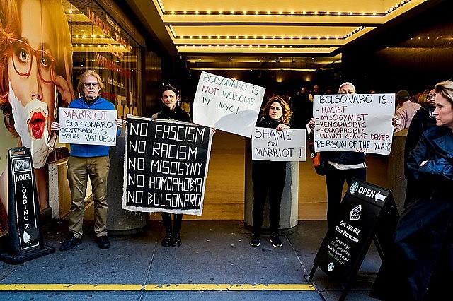 Manifestantes no hotel Marriott pretendiam manter o protesto até 14 de maio, data prevista para realização da homenagem a Bolsonaro