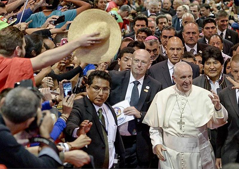 Papa Francisco chega para Encontro com Movimento Populares