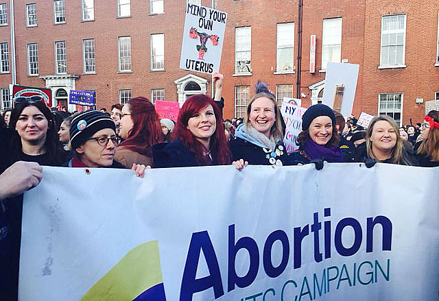Mulheres fazem ato durante campanha pela legalização do aborto na Irlanda