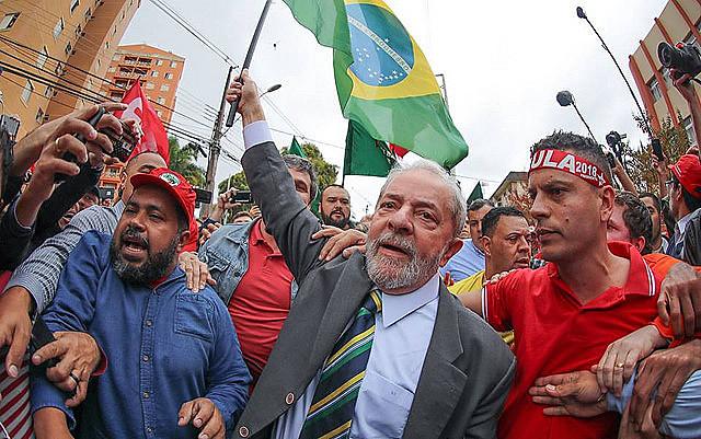 O ex-presidente foi recebido por milhares de pessoas ao seguir para depoimento na Justiça Federal