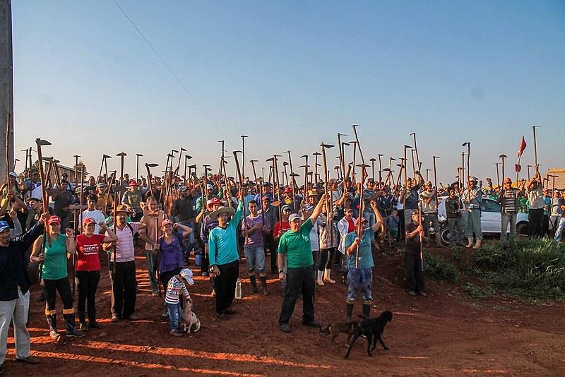 Trabalhadores sem-terra do acampamento Herdeiros da Terra, em Rio Bonito do Iguaçu (PR), na luta por reforma agrária