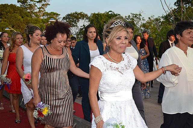 A maioria dos casamentos homoafetivos realizados em 2014 foram de casais formados por mulheres. Elas representaram 50,3% dos mais de 4,8 mil casamentos realizados naquele ano.