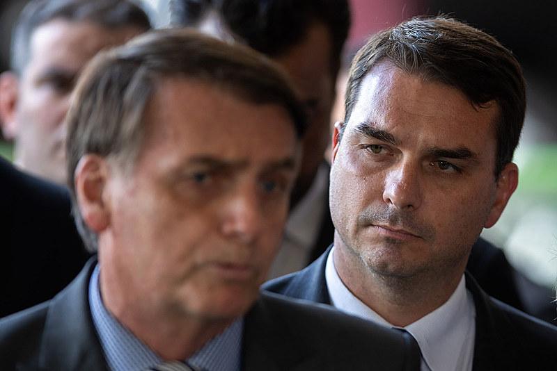 Família Bolsonaro ainda não explicou sobre as movimentações suspeitas na conta do ex-assessor e motorista
