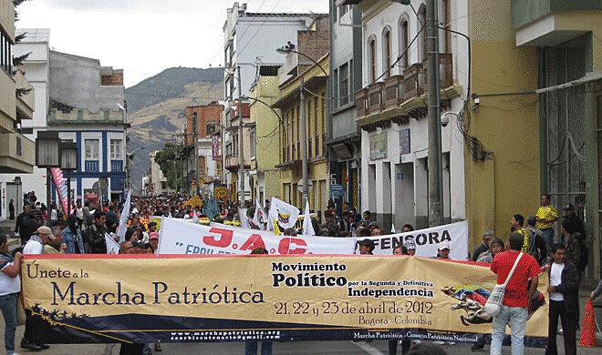 Manifestação da Marcha Patriótica da Colômbia, movimento social e  político composto por quase duas mil organizações da sociedade civil