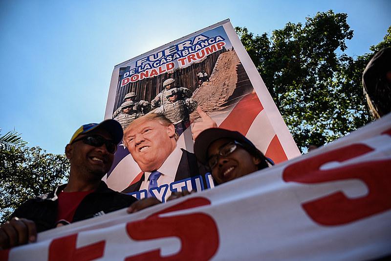Cartaz contra Trump em uma manifestação realizada em Caracas, capital da Venezuela, na última segunda-feira (04)
