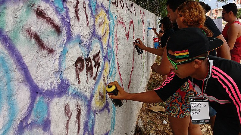 Jovens participam de oficina de grafite durante encontro em Belém