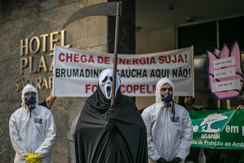 Manifestantes realizaram protesto em frente a hotel que sediou seminário sobre mineração de carvão
