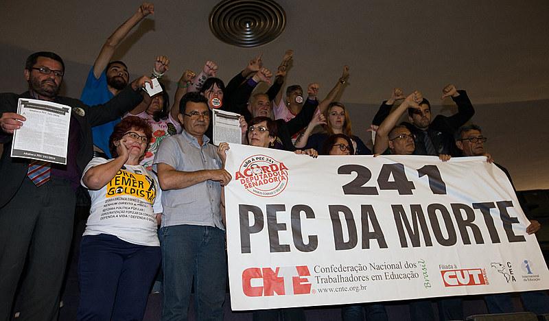 Público que acompanhava votação e protestava contra PEC