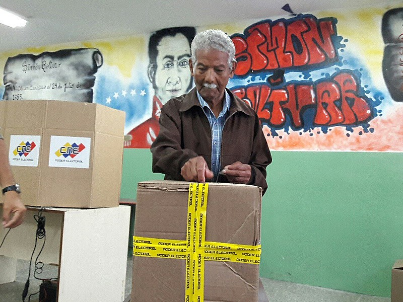 Eleitor vota no Colégio Manuel Palacio Fajardo, na Parroquia 23 de Enero,