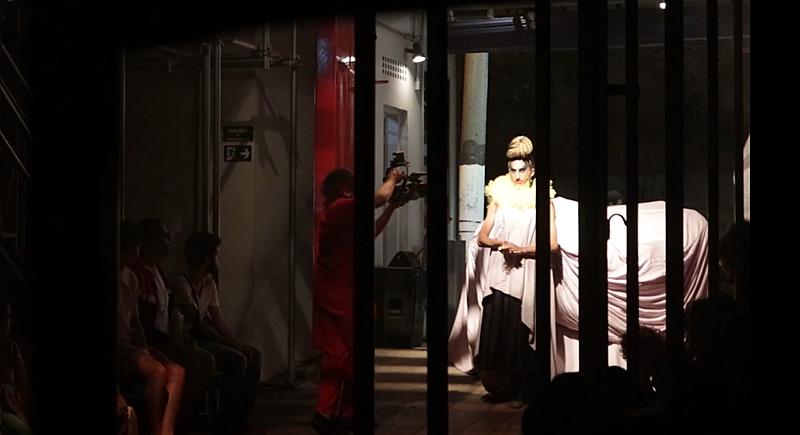 mulher trans em espetáculo no teatro oficina