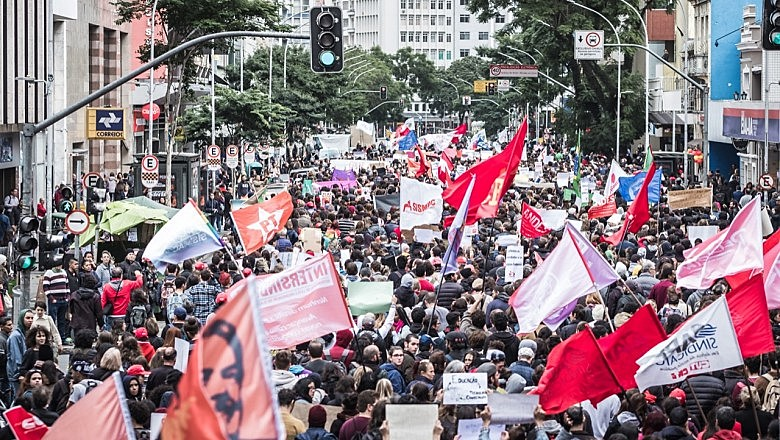Mais de um milhão de pessoas foram as ruas em mais de 180 cidades do país contra os cortes na educação