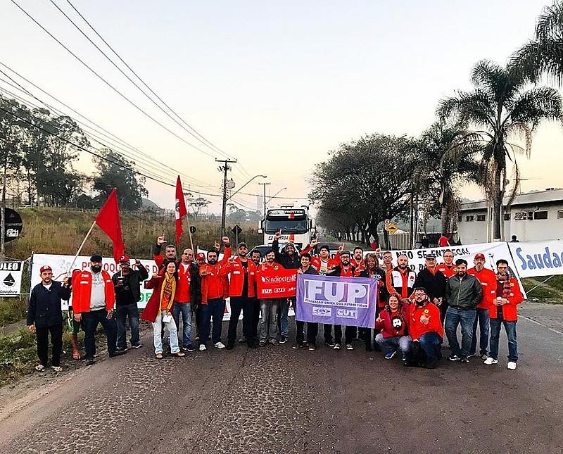 Petroleiros fecharam estradas para protestar contra os ataques do governo contra a Petrobras