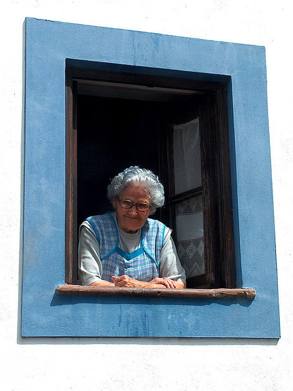 Dona Ção, uma velhinha beirando 90 anos de idade, frágil, com uma carinha de inofensiva que só vendo, diz Mouzar.