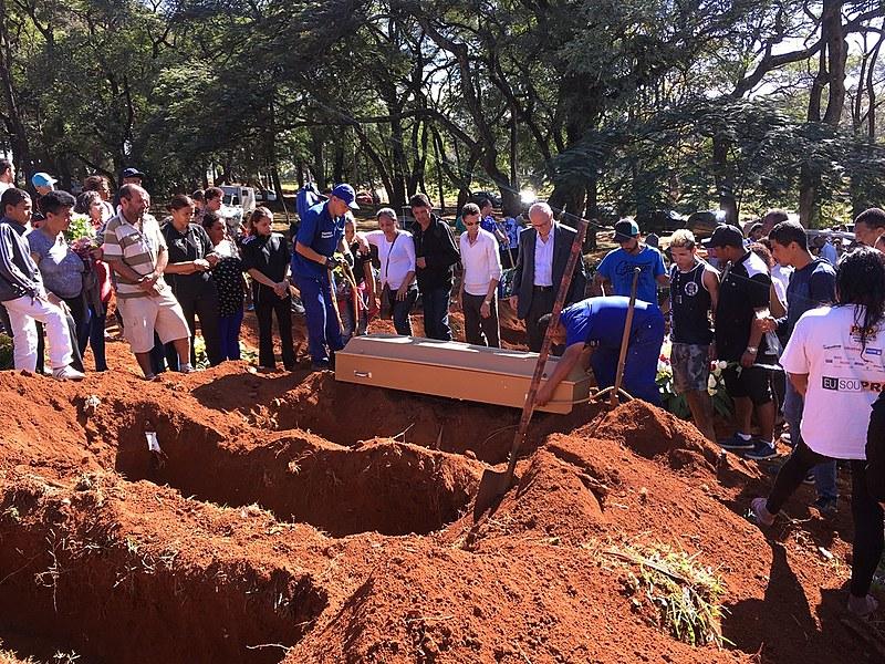 Familiares, vereadores e moradores da Favela do Moinho compareceram ao enterro do jovem Leandro de Souza Santos
