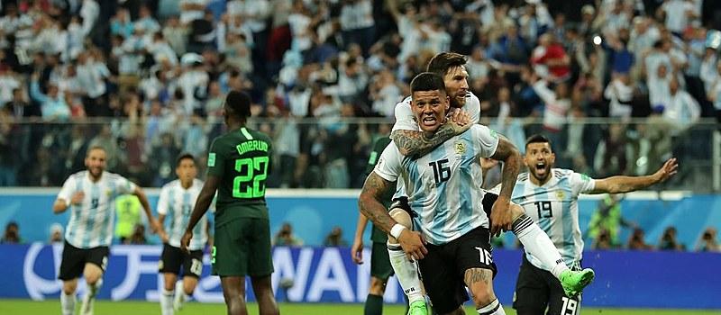 A equipe liderada por Lionel Messi avançou às oitavas-de-final no sufoco.