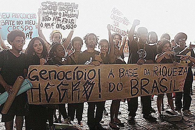 Militantes do movimento negro protestam contra a violência do Estado e o genocídio da população negra