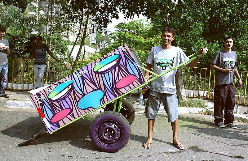 Pimp My Carroça transforma a vida destas pessoas por meio dos seus instrumentos de trabalho: as carroças