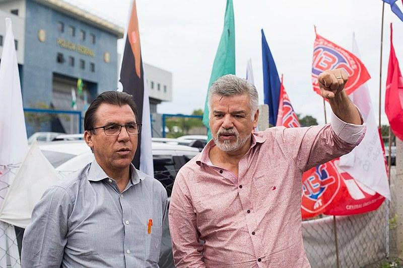 Presidente Lula, preso político há 237 dias, recebeu cartões de natal dos militantes da Vigília Lula Livre