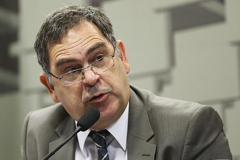 O Presidente do Cofecon, Júlio Miragaya, durante audiência na Comissão de Assuntos Econômicos para discutir as consequências da PEC 55/2016
