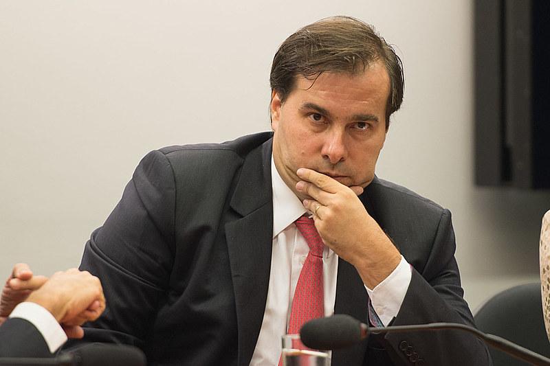 Presidente da Câmara, Rodrigo Maia (DEM-RJ), adiou votação sobre tema para terça-feira (22)
