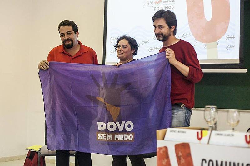 Guilherme Boulos com Rafa Mayoral, do partido Podemos; e Sandra Alarcón, conselheira cidadã do Podemos em Cádiz.