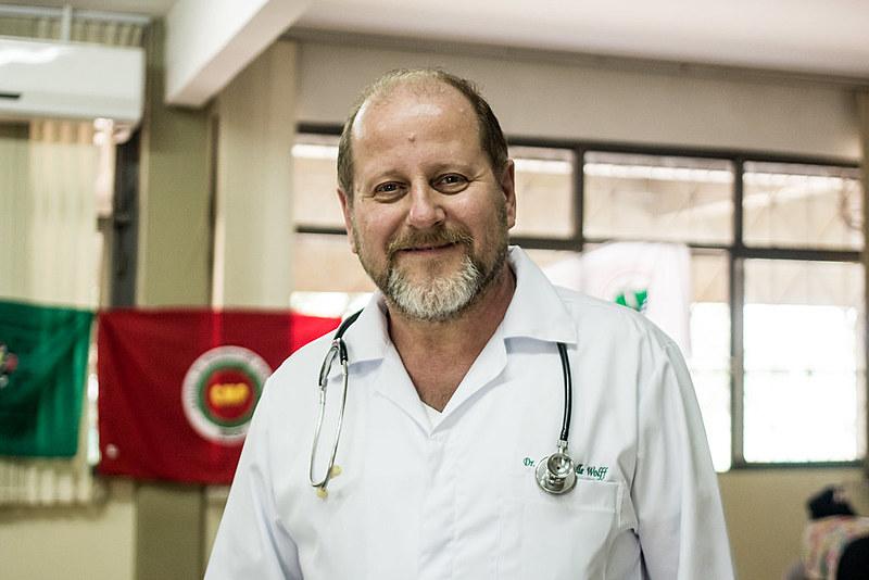 Para o médico popular Ronald Wolff, o engajamento na greve é um chamado à medicina pautada nos interesses sociais.