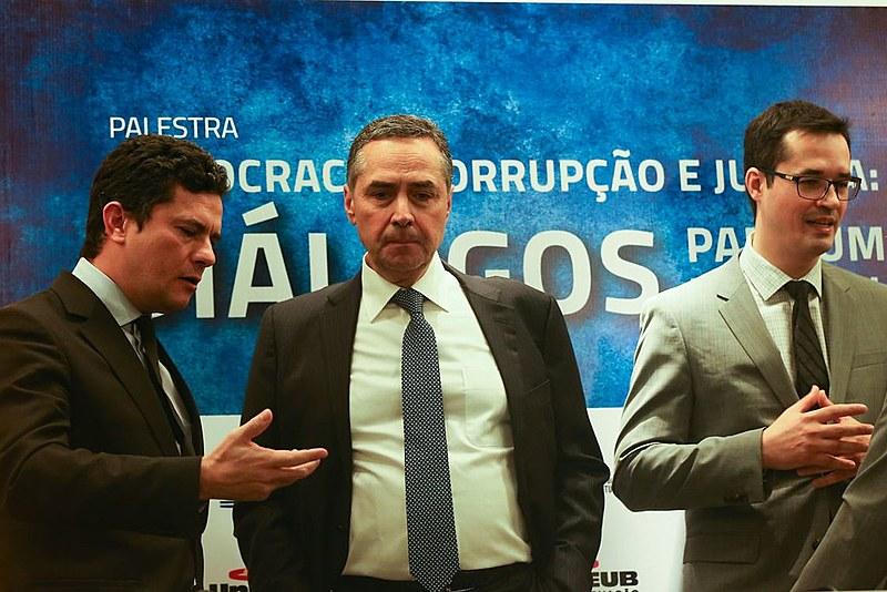 Juntos em palestra em 2016, o então juiz Sérgio Moro; o ministro do STF, Luís Roberto Barroso; e o procurador Deltan Dallagnol