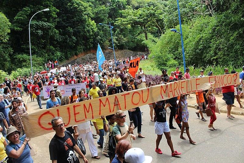 Frases de resistência e pedidos de justiça estavam escritos nos cartazes durante a manifestação.