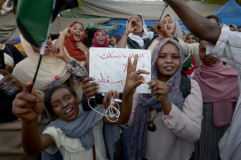 Manifestantes exigem governo civil para comandar transição democrática em protesto no sábado (13) na capital sudanesa, Cartum