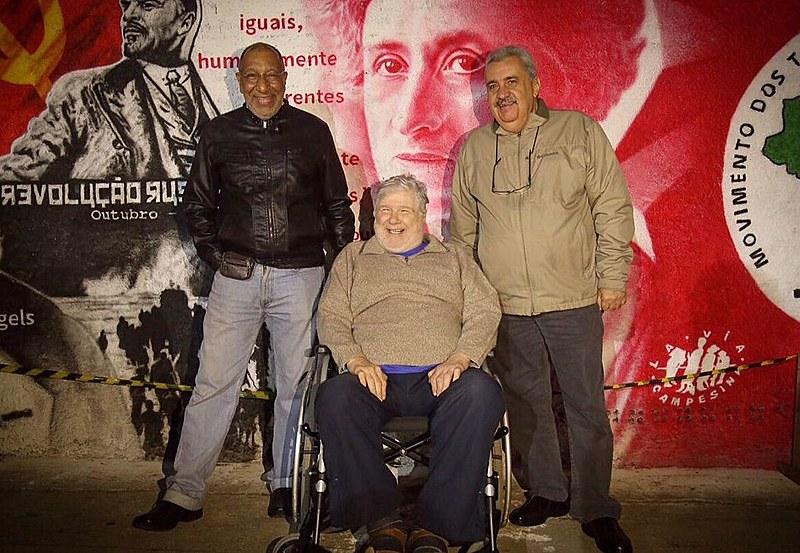 Cineasta Sílvio Tendler visita a Vigília Lula Livre na noite desta quarta-feira (5)