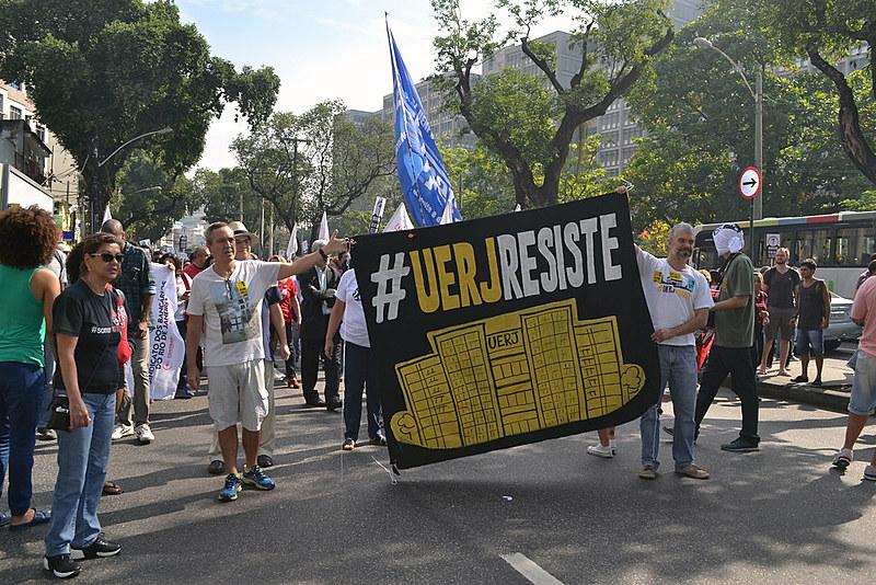 Foram mais de 3 mil pessoas reunidas no protesto, que ainda teve apoio das pessoas que passavam pela rua e dos trabalhadores do entorno