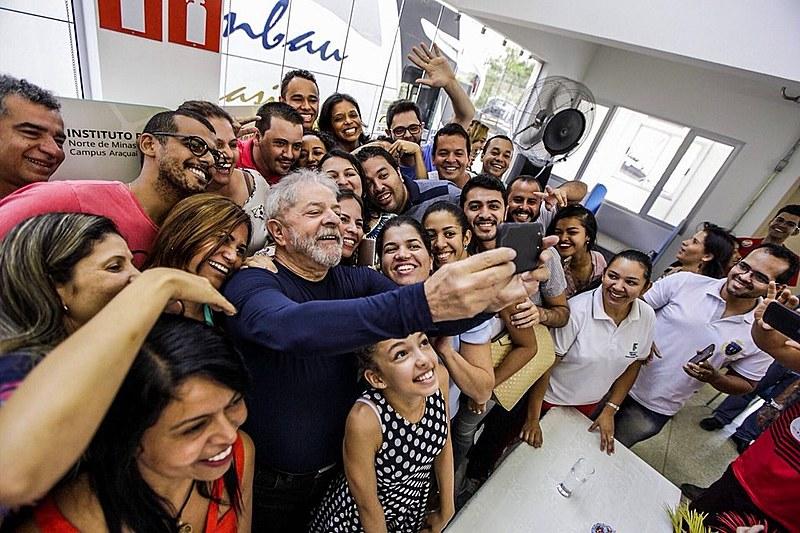 Lula tira foto com estudantes do Instituto Federal do Norte de Minas Gerais