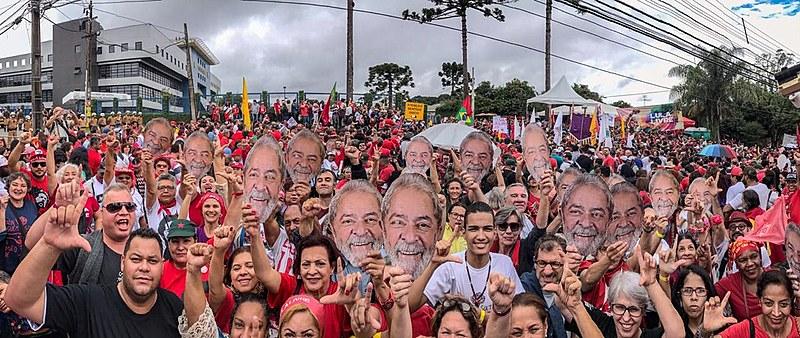 Mais de 10 mil pessoas protestam neste domingo (7) em frente à sede da Polícia Federal, em Curitiba.