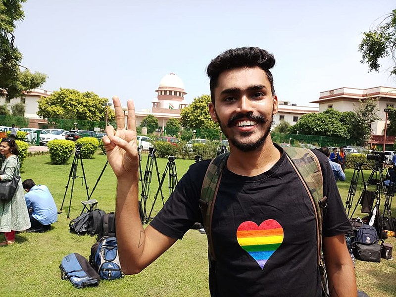 Militante LGBT em frente à Suprema Corte indiana