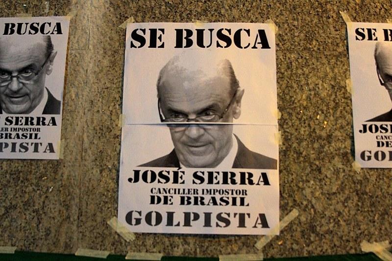 Os manifestantes também colaram cartazes pelas imediações da embaixada