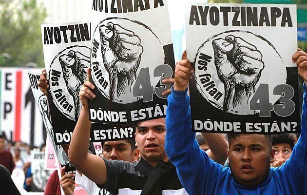 Estudantes mexicanos exigem a aparição com vida dos 43 estudantes desaparecidos no massacre de Ayotzinapa