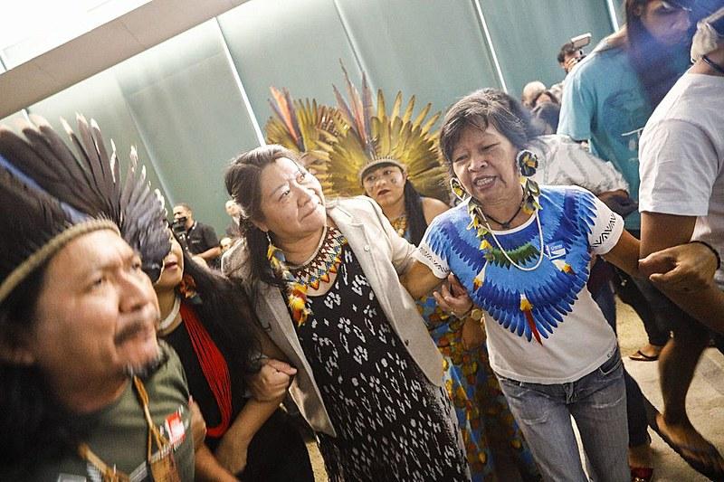 Indígenas durante cortejo de abertura do lançamento da Frente Parlamentar Mista em Defesa dos Direitos dos Povos Indígenas