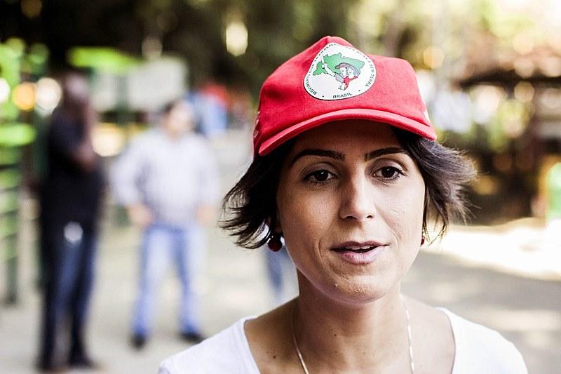 Manuela D'ávila, candidata à Presidência, visitou a feira da reforma agrária com sua filha