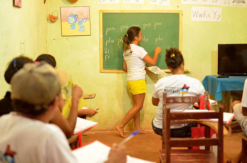Educadora contribui na alfabetização no Povoado de Três Lagoas, no município de São Raimundo (MA).