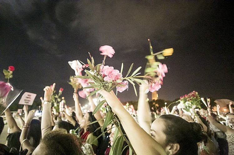 Mulheres demonstram apoio à presidenta Dilma em ato em Brasília em abril