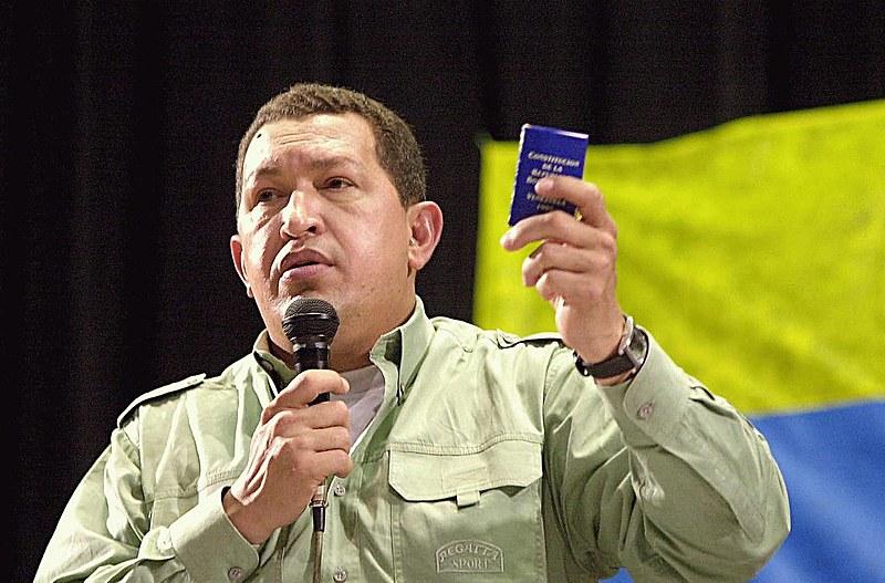 Hugo Chávez em 2003, portando Constituição venezuelana promulgada em 1999p