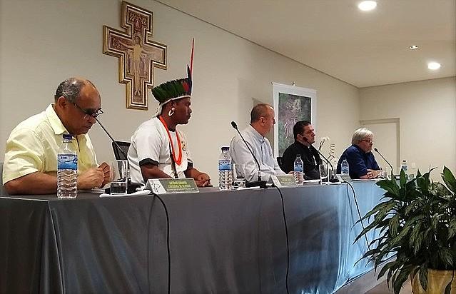 Integrantes del CIMI durante divulgación del informe, en Brasilia