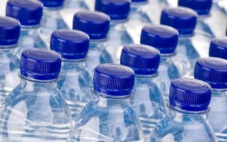 O engarrafamento da água vendida a quem pode pagar, que entope o meio ambiente de lixo e faz cair a exigência da qualidade da água que chega