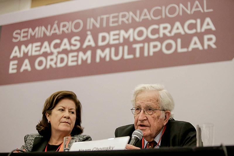 """Noam Chomsky participou do debate """"O progressismo e o neoliberalismo em um mundo em desenvolvimento"""""""
