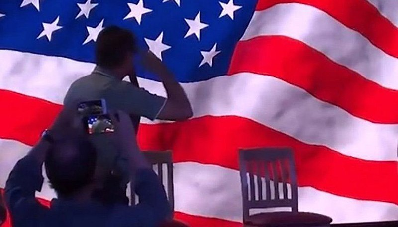 Candidato do PSL bate continência à bandeira dos EUA