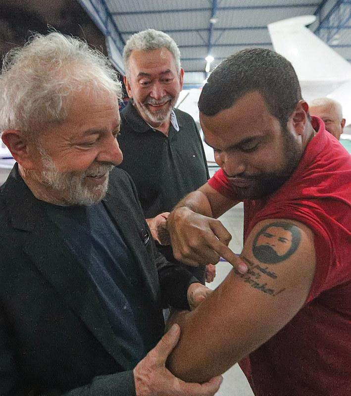 Ex-presidente Lula chega a Salvador para reunião da executiva-nacional do PT