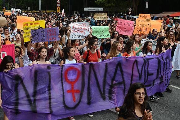 Manifestação foi organizada em solidariedade a mobilização feita na Argentina após o assassinato de Lucia Perez, de 16 anos, em Mar del Plata