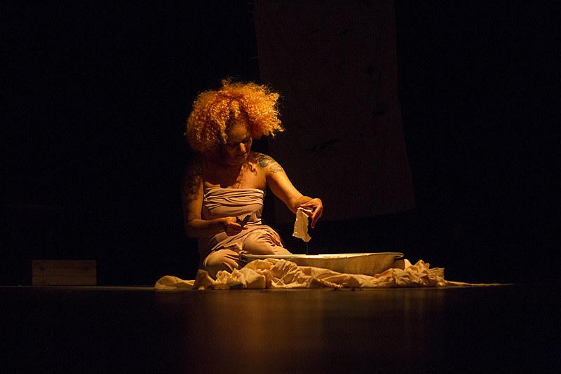 Na peça, a atriz Marta Carvalho mostra como a realidade prisional pode se confundir com a vulnerabilidade das periferias